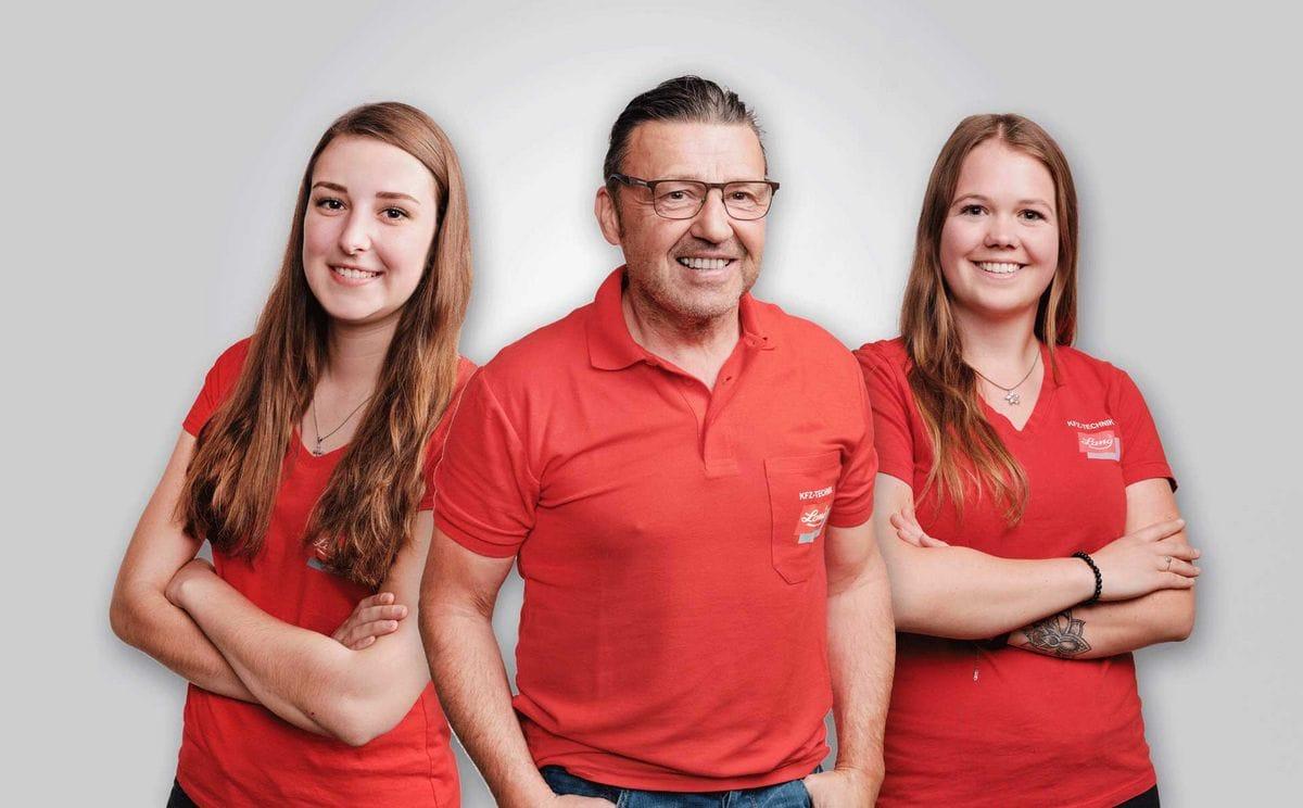 Mechanikermeister Josef Schiessling mit Theresa Laiminger (li.) & Tamara Kirchmair (re.) vom Kundenempfang